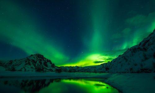 Voyage pendant l'aurore boréale en Islande